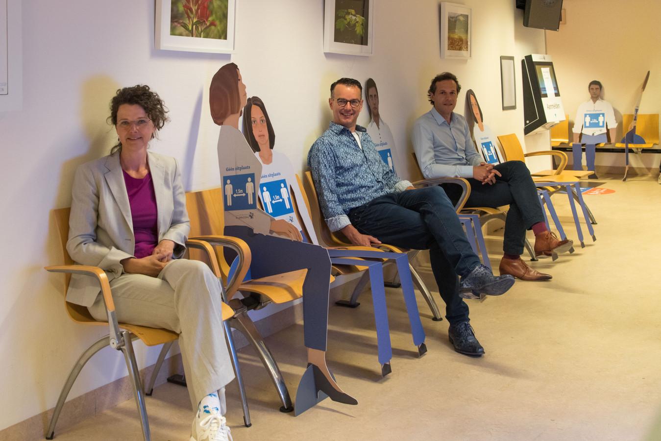 Kartonnen poppen in de wachtkamers van ziekenhuis St Jansdal. Bestuursvoorzitter  Relinde Weil, Jaap Driest (MDL arts en voorzitter medische staf) en Nanno Kruizinga, coördinator opstart reguliere zorg