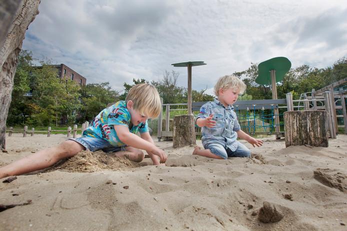 Nelson (links) en Boris willen niet meer naar huis als ze eenmaal in natuurspeeltuin 't Speelduin in Den Haag hun gang gaan.
