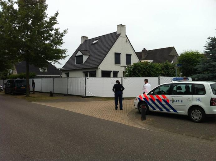 Het huis van de doodgeschoten Volkan Düzgün is afgeschermd met witte hekken.