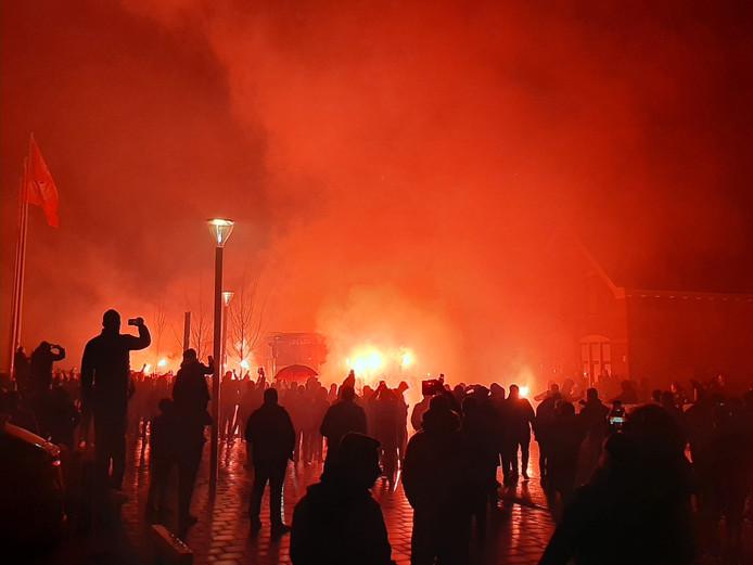 PSV werd met vuurwerk onthaald en kreeg een positieve oppepper van de eigen supporters.