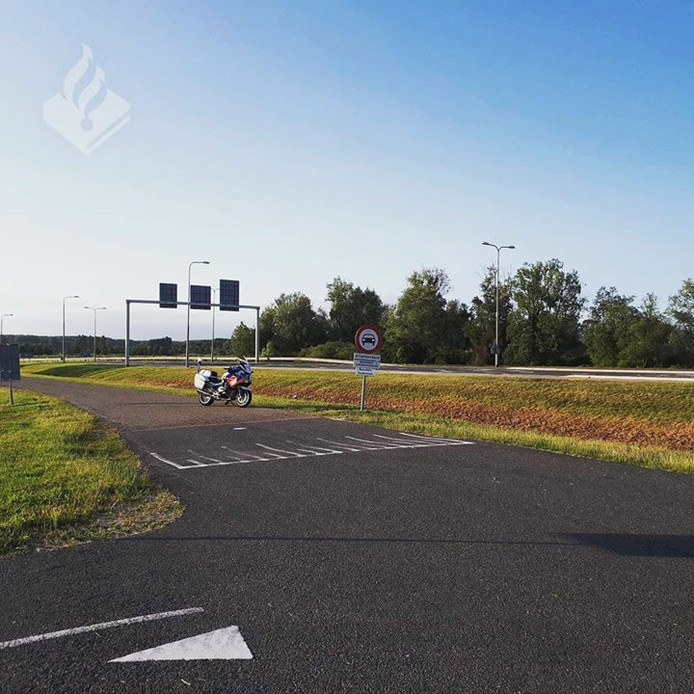 De politie zette een motorrijder in om de overtreders op de Ganzenweg te beboeten.