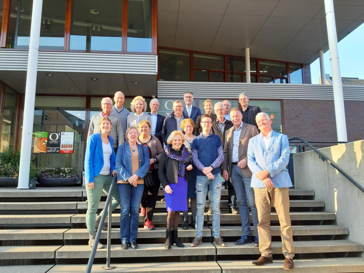 Piet Duizer (rechts) en de vrijwilligers achter toeristisch en recreatief Oisterwijk op de trappen van Tiliander.