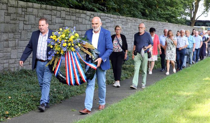 De groep Staphorsters onder leiding van Henk Koobs (l) en Roelof Talen met de krans op weg naar het monument.