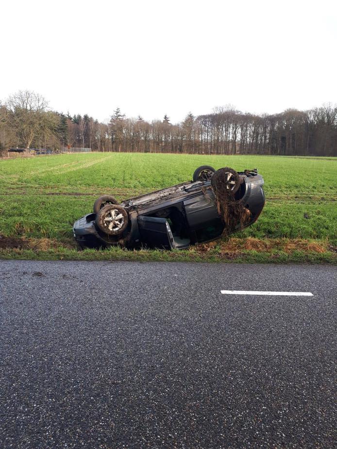 Een 44-jarige vrouw sloeg vanmorgen op de Oude Wezeveldseweg over de kop met haar auto. Ze moest lang wachten op hulp. Verscheidene automobilisten reden door ondanks haar getoeter.