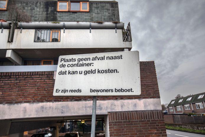 Grofvuil naast het huisvuil zetten mag niet.