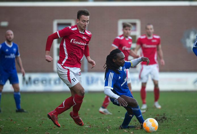 DUNO-speler Purrel Fränkel duelleert met Joost Rasing van AZSV.
