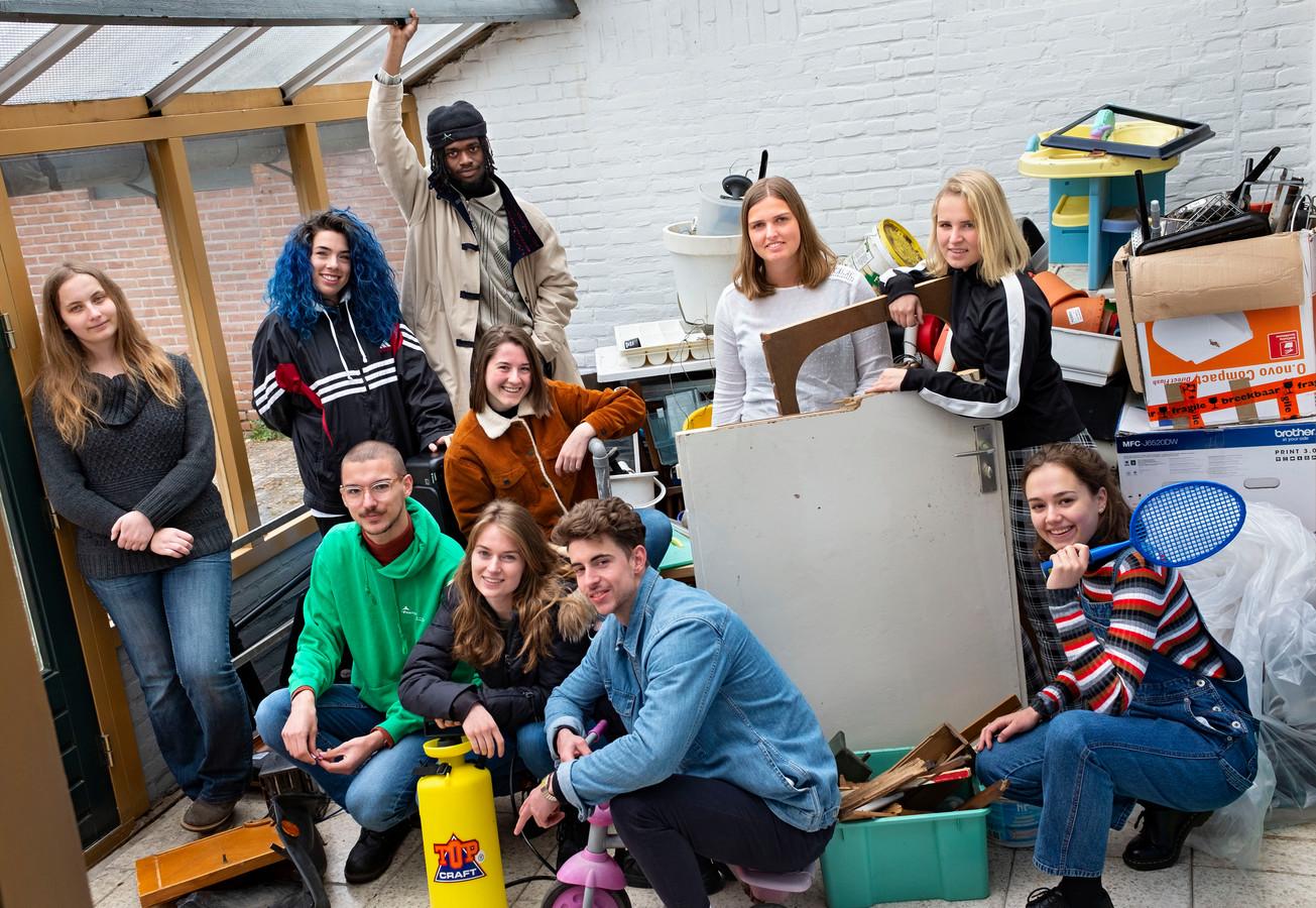 De tien studenten gaan aan de slag met afval.