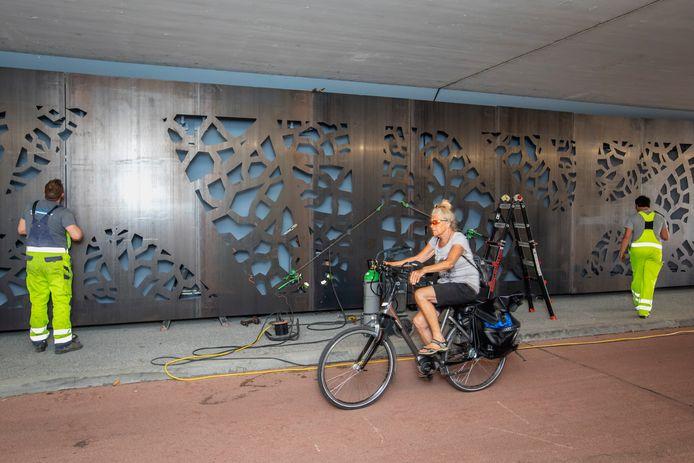 Het metalen kunstwerk onder het viaduct aan de Parkweg in Schiedam is bijna klaar.