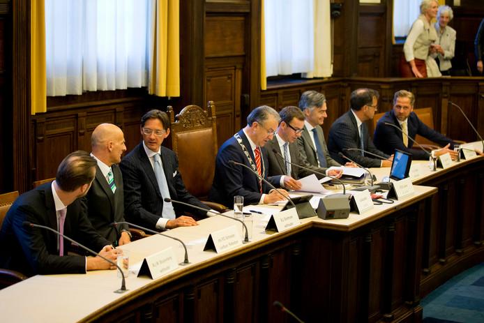 Het Rotterdamse college, vanaf linksL wethouders Maarten Struijvenberg, Ronald Schneider, Joost Eerdmans, burgemeester Ahmed Aboutaleb, griffier Raymond Jeene, wethouders Adriaan Visser, Pex Langenberg en Hugo de Jonge.