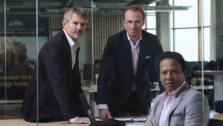 Pritle-oprichter Thomas Bunnik (midden), met zijn mede-oprichters Stewart Bowers (links) en Azman Hamid. Beeld FOTO MARK VAN DER ZOUW