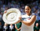 Marion Bartoli met de Wimbledon-troffee.