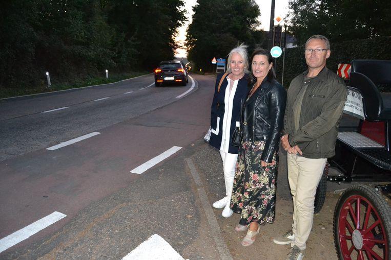 Bewoners én woordvoerders van het buurtcomité Leona Lievens, Nancy Thiels en Pascal Libyers op de Turnhoutsebaan.