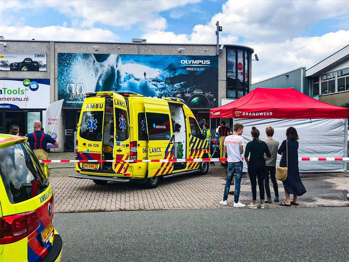Na de overval schoten politie, ambulance en brandweer te hulp bij de vestiging van Cameratools in Apeldoorn.