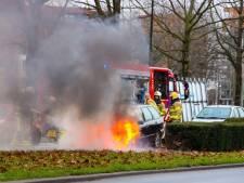 Rijdende auto vliegt spontaan in brand in Apeldoorn