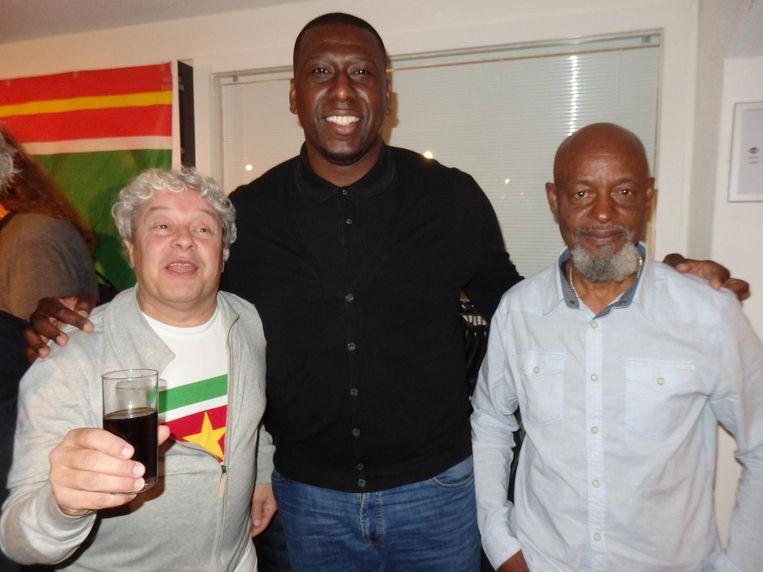 David Endt, oud-teammanager Ajax, met oud-voetballer Regillio Vrede en André Schenkers, oud-teammanager van de Suriprofs. Endt: