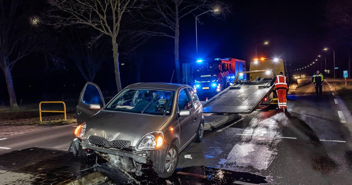 Automobilist raakt gewond door ongeluk in Riel, laag olie schoongemaakt door brandweer.
