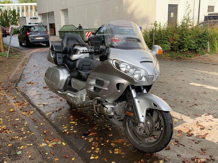 De motorfiets raakte beschadigd door het ongeval.