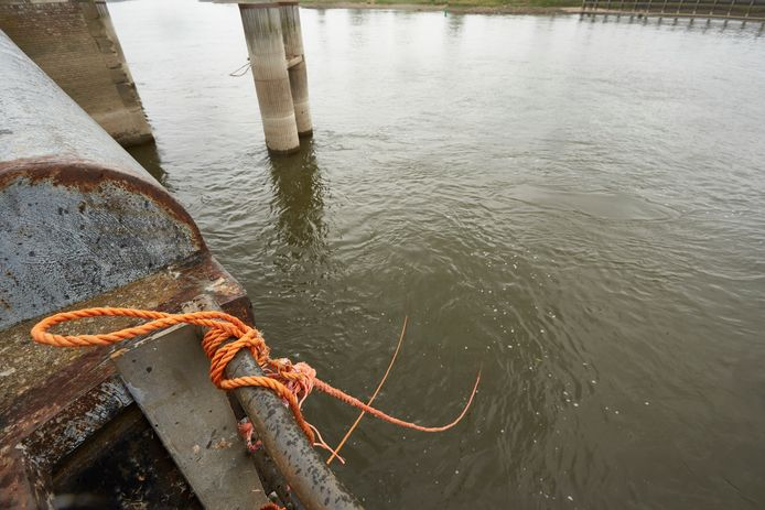 Twee oranje touwen hingen urenlang vanaf de kade in de IJssel. Onder water zaten ze hoogstwaarschijnlijk vastgeklikt aan een groot metalen voorwerp. Waaraan was voor Rijkswatervraag een groot mysterie