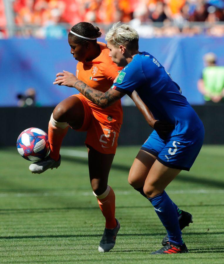 Lineth Beerensteyn in duel met Elena Linari van Italië. Ze mocht in die kwartfinale al in de 56ste minuut invallen.  Beeld AP