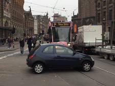Verwarde man parkeert auto op druk kruispunt