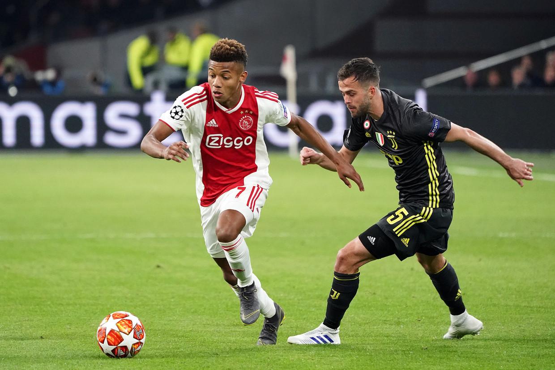 10 april, Ajax-Juventus: David Neres omspeelt Miralem Pjanic. Beeld Koji Watanabe/Getty Images