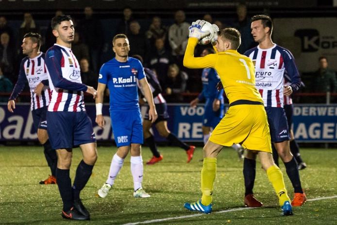 Robert Mutzers baalt nadat Excelsior Maassluis-doelman Jean-Paul van Leeuwen weer een aanval van De Treffers onschadelijk heeft gemaakt.
