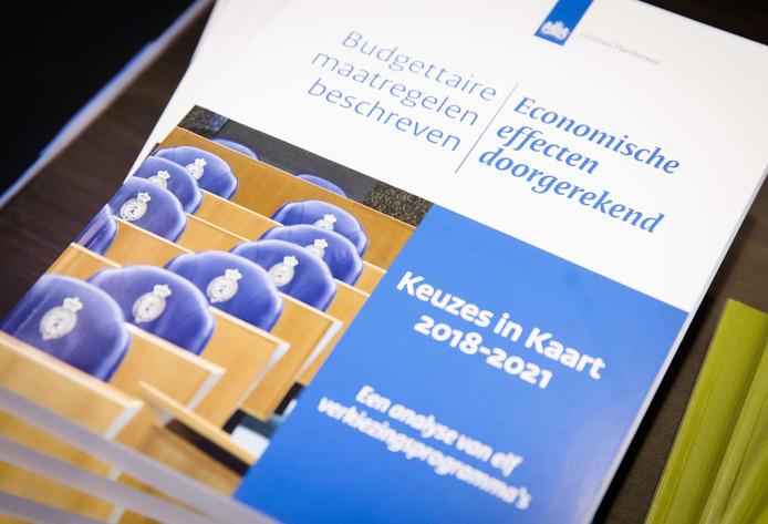 Directeur Laura van Geest van het Centraal Planbureau (CPB) en directeur Hans Mommaas van het Planbureau voor de Leefomgeving (PBL) presenteren hun analyses van de verkiezingsprogramma's.