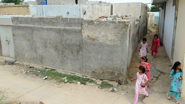 Kinderen bij het huis van Ramsha, het meisje dat is gearresteerd wegens blasfemie. Beeld afp