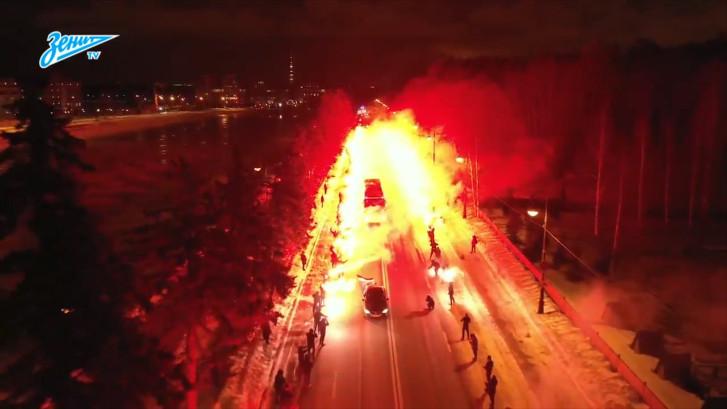 Spelersbus Zenit door fans in vuurzee naar stadion geleid