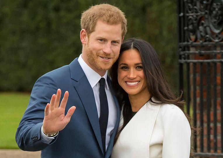 De Britse prins Harry en zijn kersverse verloofde Meghan Markle poseren voor de pers bij Kensington Palace. Beeld AP