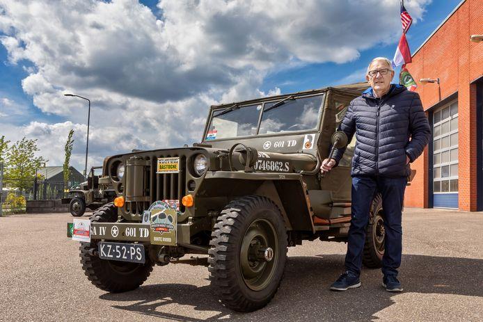 Oosterhout - Wadec Salewicz uit Oosterhout bij een zogeheten Willy Jeep uit de collectie van Jan Caron uit Den Hout. Het bevrijdingsvuur wordt maandagnacht per jeep naar Brabant gebracht.
