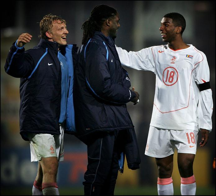 Dirk Kuijt en Mario Melchiot feliciteren Ryan Babel met zijn eerste goal voor het Nederlands elftal . Hij scoorde in 2005 de 2-0 tegen Roemenië.