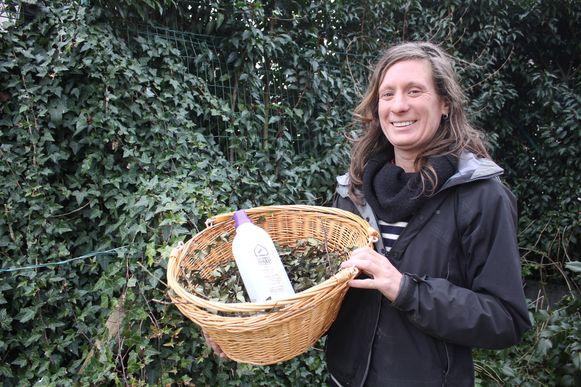 Heidelien Bultynck met haar wasmiddel van klimop.