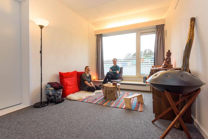 Anja en Koen in hun onderkomen in Veldhoven.