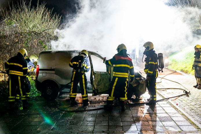 Op een parkeerplaats achter woningen aan de Keizersdijk in Raamsdonksveer is een bestelauto in vlammen opgegaan.