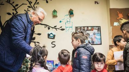 """Prins Laurent brengt verrassingsbezoek aan asielcentrum van Sint-Truiden: """"Deze kinderen verdienen een pakje met Kerstmis"""""""