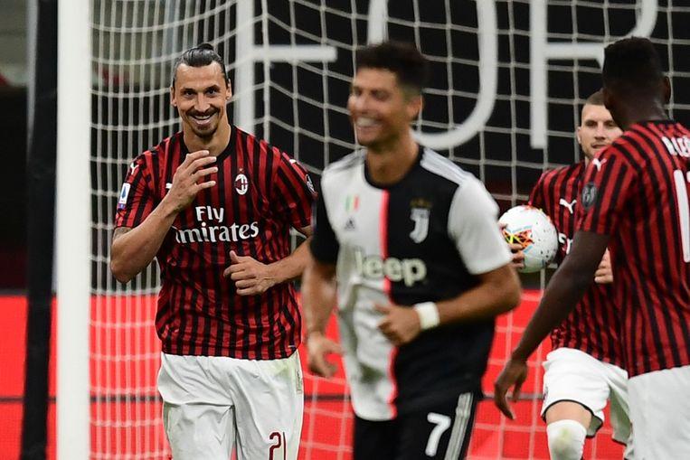 De bewuste foto: Ibrahimovic checkt de reactie van Ronaldo.