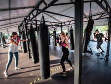 Het nieuwe fitnessen: buiten boksen in een tent