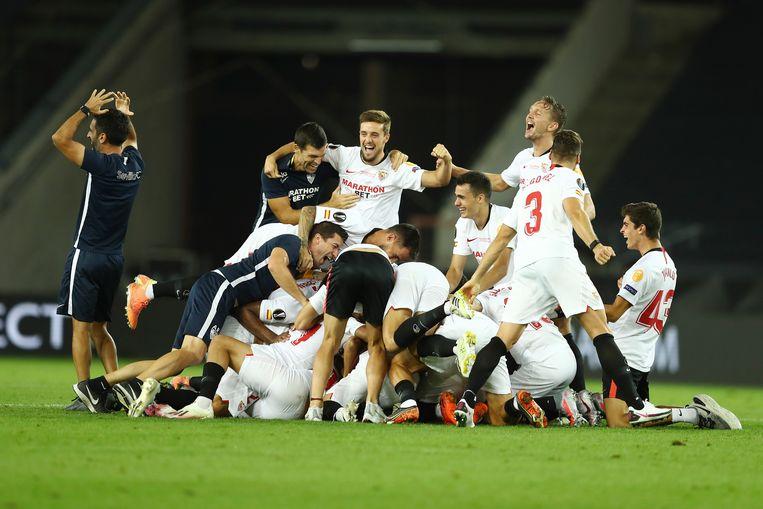 Sevilla viert het winnen van de Europa League in Keulen. Rechts, staand, Luuk de Jong die met twee doelpunten een belangrijke bijdrage leverde aan de winst.  Beeld AP