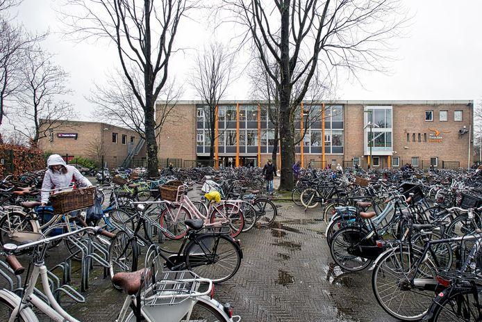 OOSTERHOUT - Veel leerlingen komen met de fiets naar het Frencken College, ook vanuit de omliggende gemeentes. De foto is van 2016 nog voor de grote verbouwing van de school.