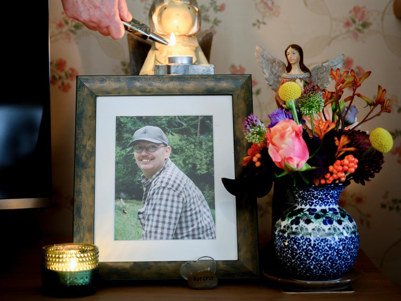 Een herinneringsplekje in huis met een foto van Paul Averdijk.