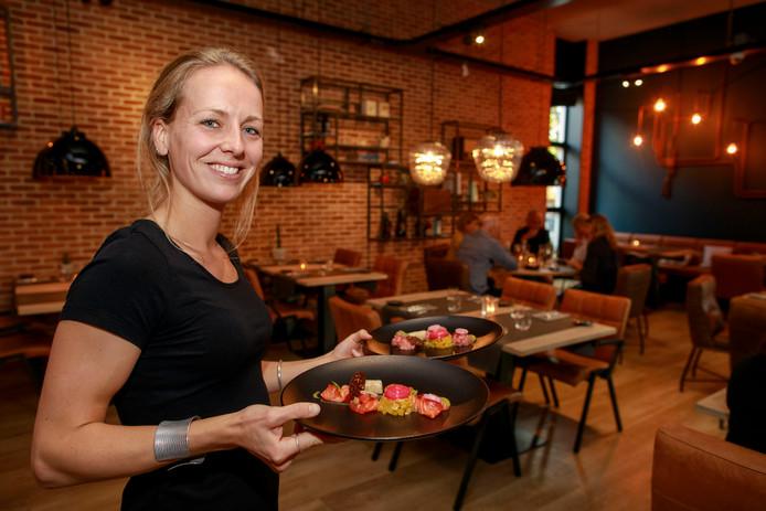 Mendie de Laat serveert het voorgerecht bij restaurant Noot.