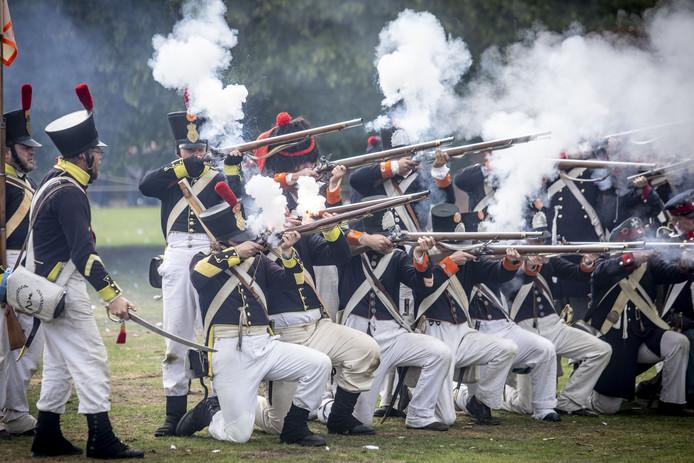 De historische Slag om Ruigenrode was dit jaar onderdeel van historisch festival Almelo in het Schelfhorstpark.