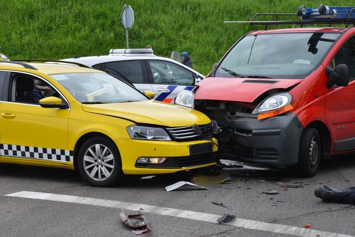 Twee chauffeurs raakten gewond bij een ongeluk in Breda.