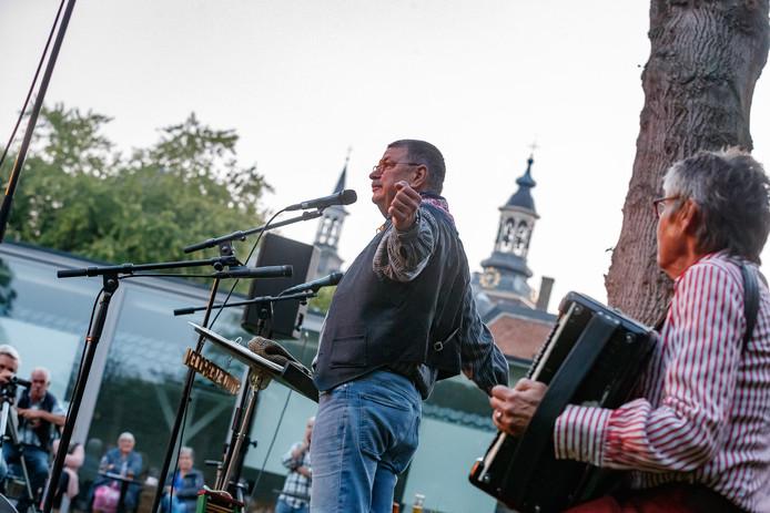 Smidje Verholen gaf een concert samen met beiaardier Toni Raats in de tuin van het Tongerlohuys tussen het Tongerlohuys en De Kring. De beiaardier zat uiteraard in de toren van de Sint Jan.