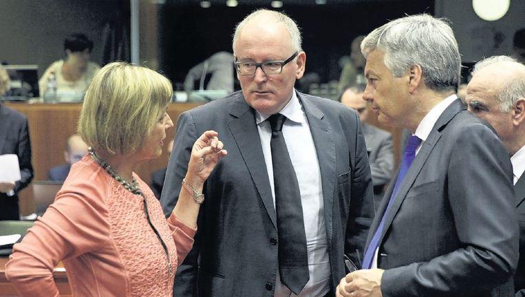 Minister Frans Timmermans (midden) spreekt in Brussel met zijn collega's uit Kroatië en België, Vesna Pusic (links) en Didier Reynders. Beeld ap
