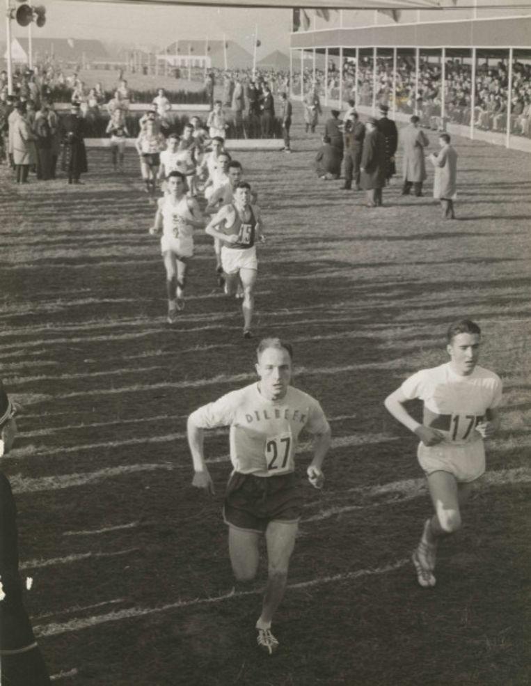 Petrus, vooraan in beeld, tijdens een veldloopwedstrijd.
