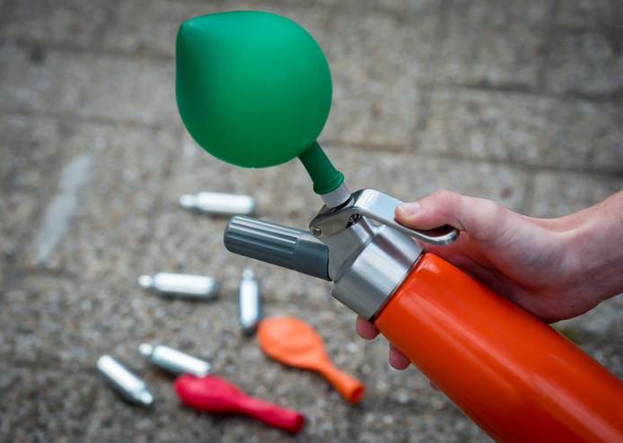 Een ballonnetje wordt gevuld met lachgas, foto ter illustratie