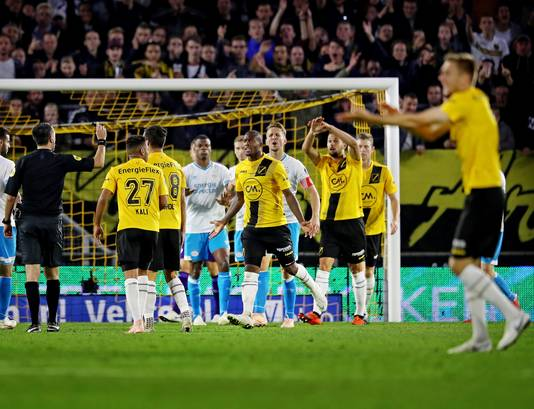 Heel NAC schreeuwt om een strafschop na een handsbal van PSV'er Nick Viergever (niet op de foto). Arbiter Higler wuift het weg, de VAR ook.