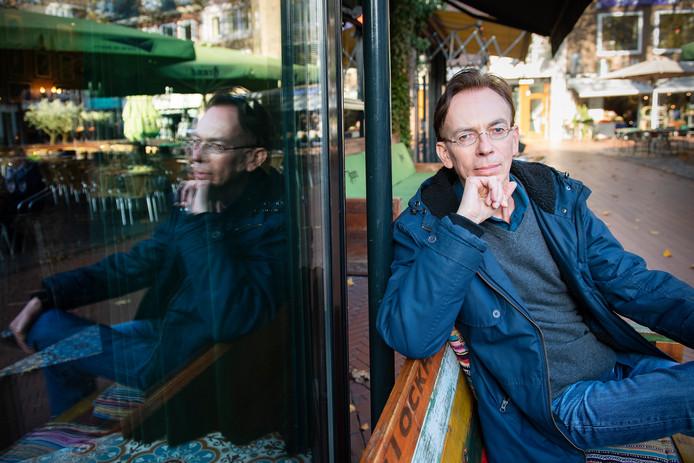 Marco Kamphuis bij een van de cafés op het Koningsplein waar hij vroeger als student veel avonden doorbracht.